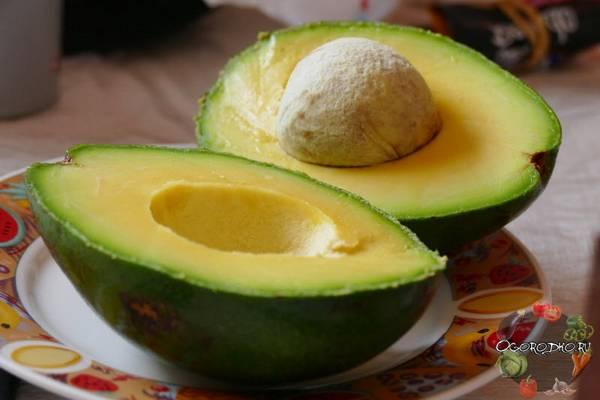 Как есть авокадо, как правильно его почистить, как определить спелый ли внутри