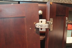 Как отрегулировать дверь шкафа и навесить ее?