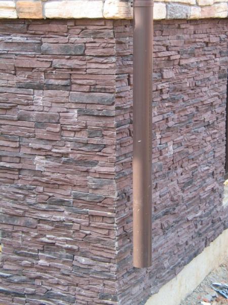 Практичная облицовка цоколя искусственным камнем