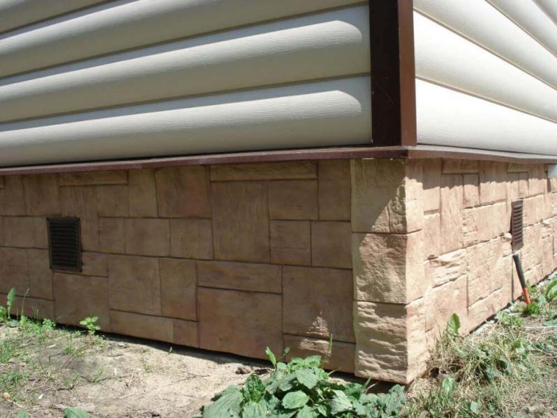 Сайдинг цокольный защища фундамента и фасада