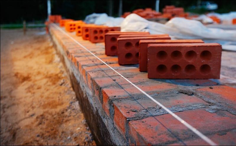 Строим самостоятельно цоколь из кирпича на ленточный фундамент